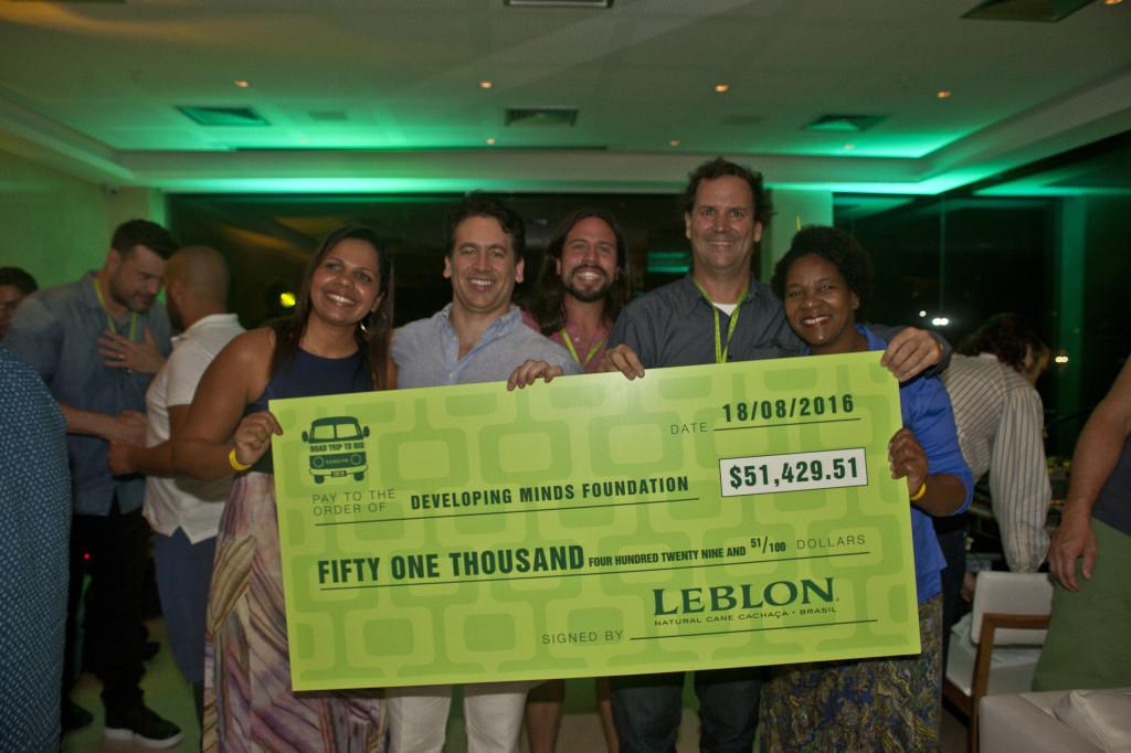 Entrega cheque_Fundação Developing Minds_Rocinha_Cidade de Deus_Steve Luttman2(cachaca Leblon)