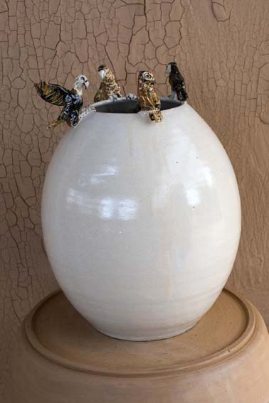 Vaso oval com 4 ou mais esculturas de animais coloridos na borda_crédito foto Lucas Moura_010717_143202